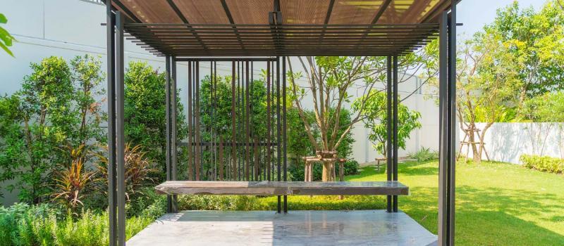 Installation d'une pergola dans le jardin