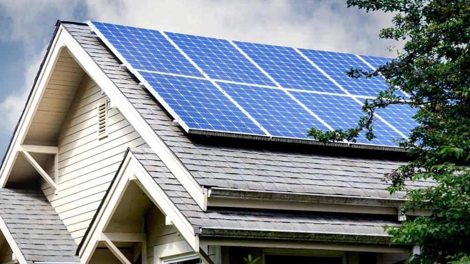 Panneaux solaires sur toiture de maison autonome
